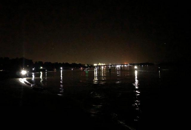 岩瀬浜のホタルイカすくいの人たちの灯り