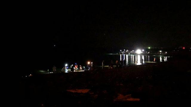 八重津浜のホタルイカすくいの明るいライト