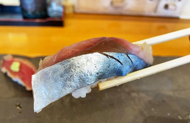 富山市二俣のオススメ回転寿司「すしだるま」の「だるまの厳選ランチ」のサバ