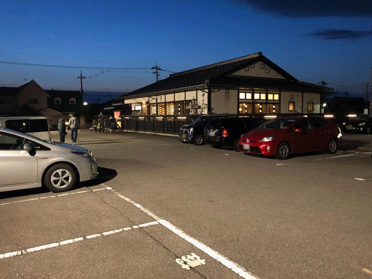 富山市郊外のちょっと贅沢な廻転鮨処すしだるまの駐車場