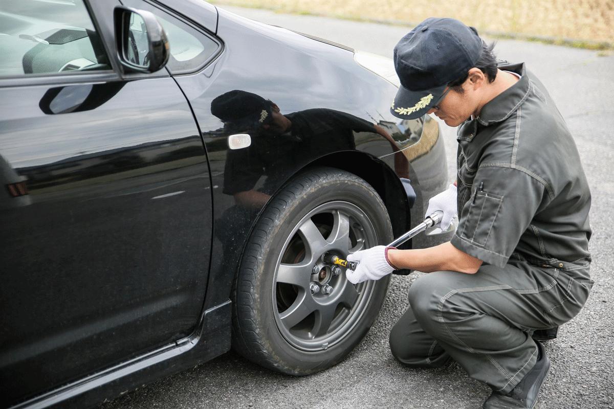 タイヤ交換をする男性