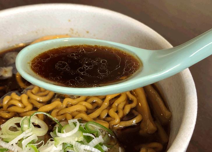 富山市北代のおしゃれラーメン屋【一力亭】の黒醤油ラーメンのスープ