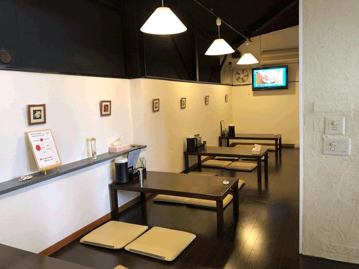 富山市北代の「ラーメン一力亭(いちりきてい)」のテーブル席