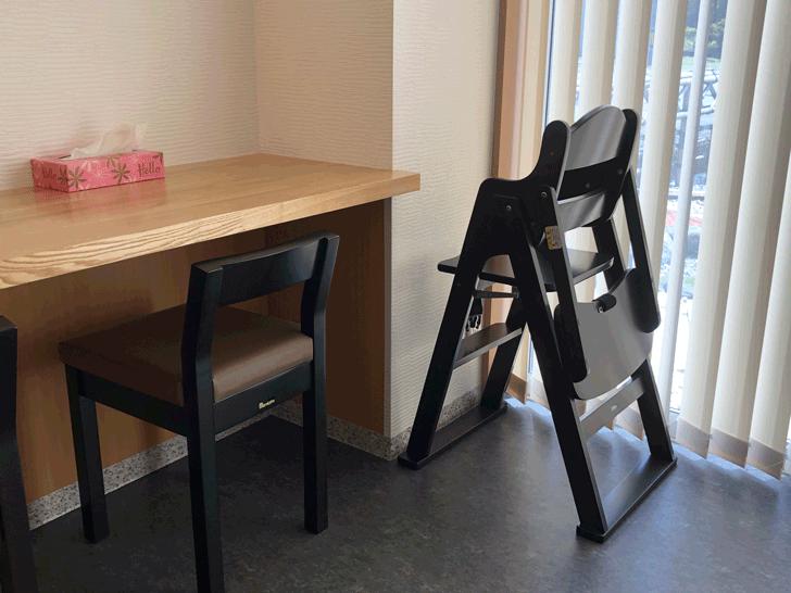 囲炉裏と日本庭園のあるラーメン屋【自家製麺 いろり屋】の子供用の椅子