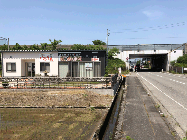 囲炉裏と日本庭園のあるラーメン屋【自家製麺 いろり屋】の店舗外観、道路側から