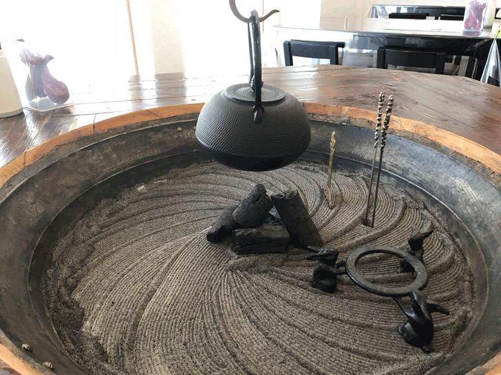 囲炉裏と日本庭園のあるラーメン屋【自家製麺 いろり屋】店内の囲炉裏