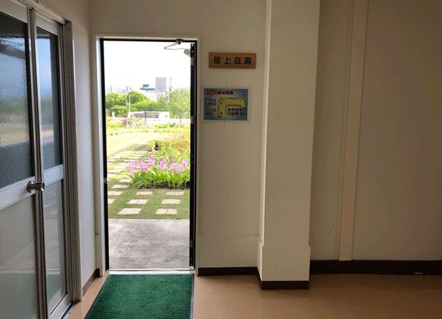 富山県庁舎4階の屋上庭園の入り口