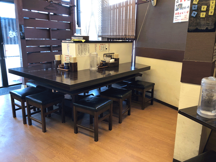 新高岡駅徒歩1分の「らーめん くり坊」のテーブル席
