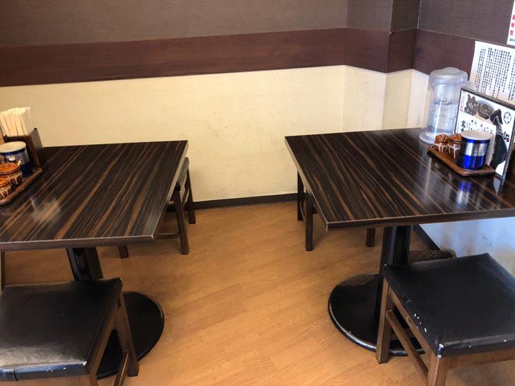 新高岡駅徒歩1分の「らーめん くり坊」のテーブル席2