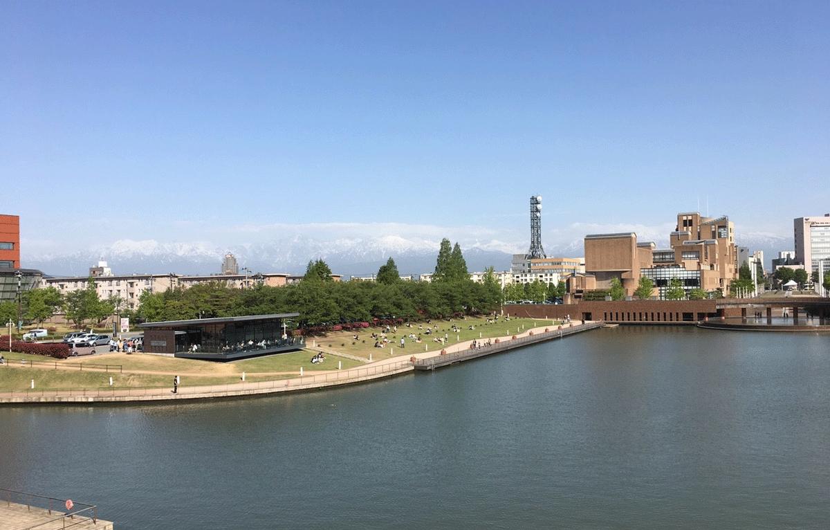スターバックスコーヒー富山環水公園店と立山連峰