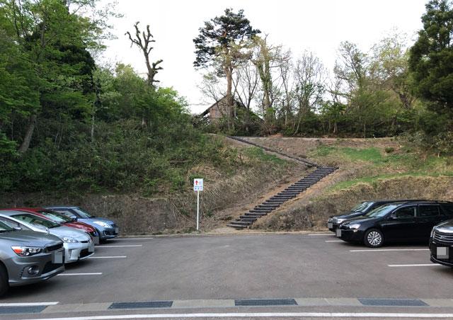 砺波市の散居村が一望できる鉢伏山の山頂展望台の駐車場
