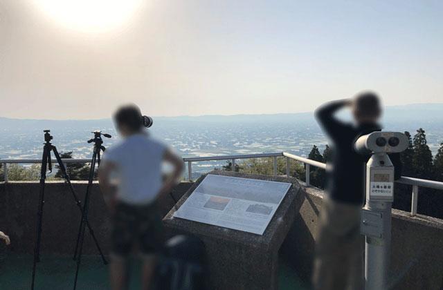 砺波市の散居村が一望できる散居村展望台に集まる写真家たち