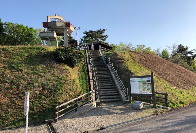 砺波市の散居村が一望できる散居村展望台の階段