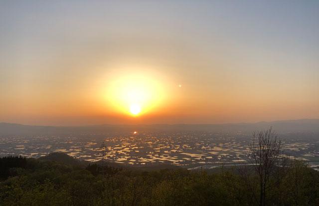 スマホで撮影ミスした砺波平野の散居村の夕焼け