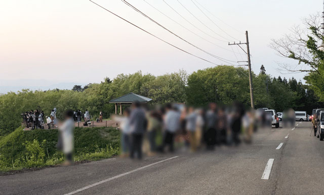 砺波市の散居村が一望できる展望広場前のベストタイム時の人の混み具合