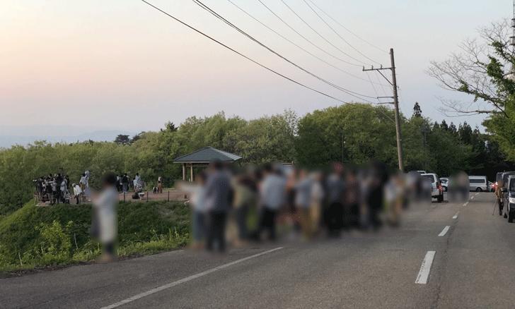 砺波市の展望台広場前のベストタイム時の人の混み具合