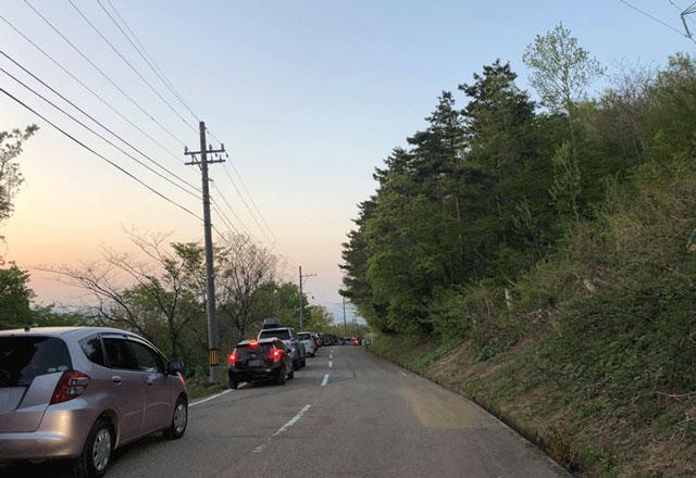 砺波市の散居村が一望できる展望広場前のベストタイム時の車の混み具合