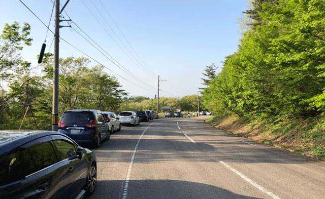 砺波市の散居村が一望できる展望広場前の車の混み具合