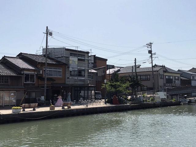 新湊内川のおきがえ処KIPPO(キッポー)のレンタルドレスを来た人