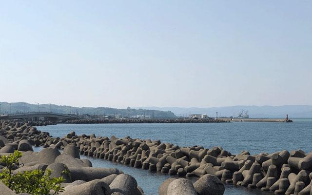 射水市新湊の海