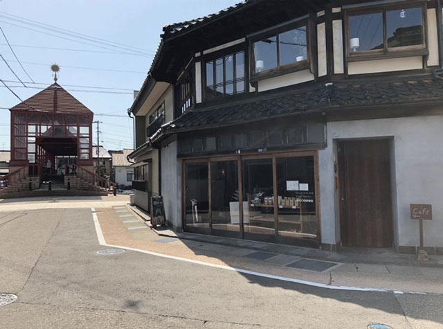 新湊の内川沿いにあるおしゃれなカフェ六角堂
