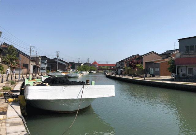 映画ロケ地の観光スポット「日本のベニス新湊内川」にかかる東橋