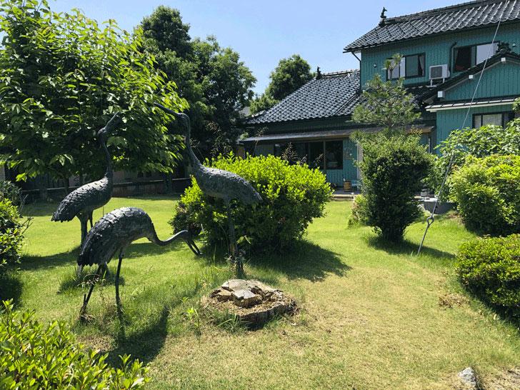 カフェ アウル OWLの広い庭の鶴のオブジェ