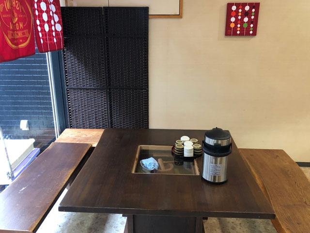 富山市中央通りにある石谷もちやの店内の飲食スペース
