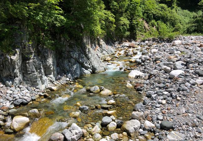中山の谷を流れる立山川