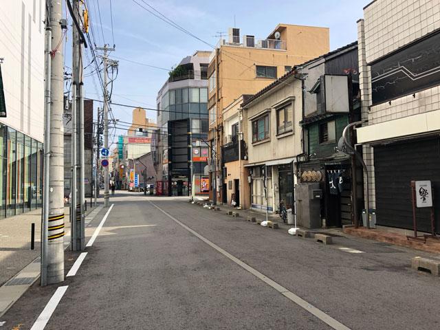 元祖富山ブラックラーメンの西町大喜のある通り