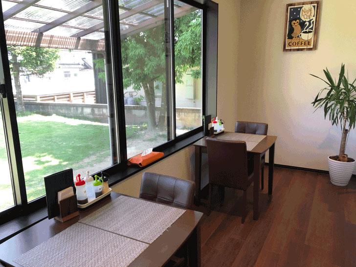 カフェ アウル OWLの窓際のテーブル席