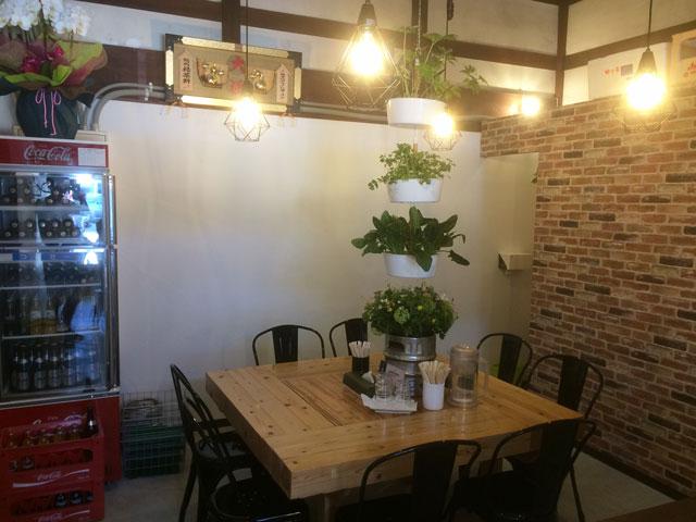 高岡市山町ヴァレーの麺処 緑菜軒(りょくさいけん)のテーブル席