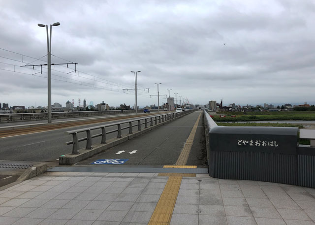 新富山大橋の曇りの景色