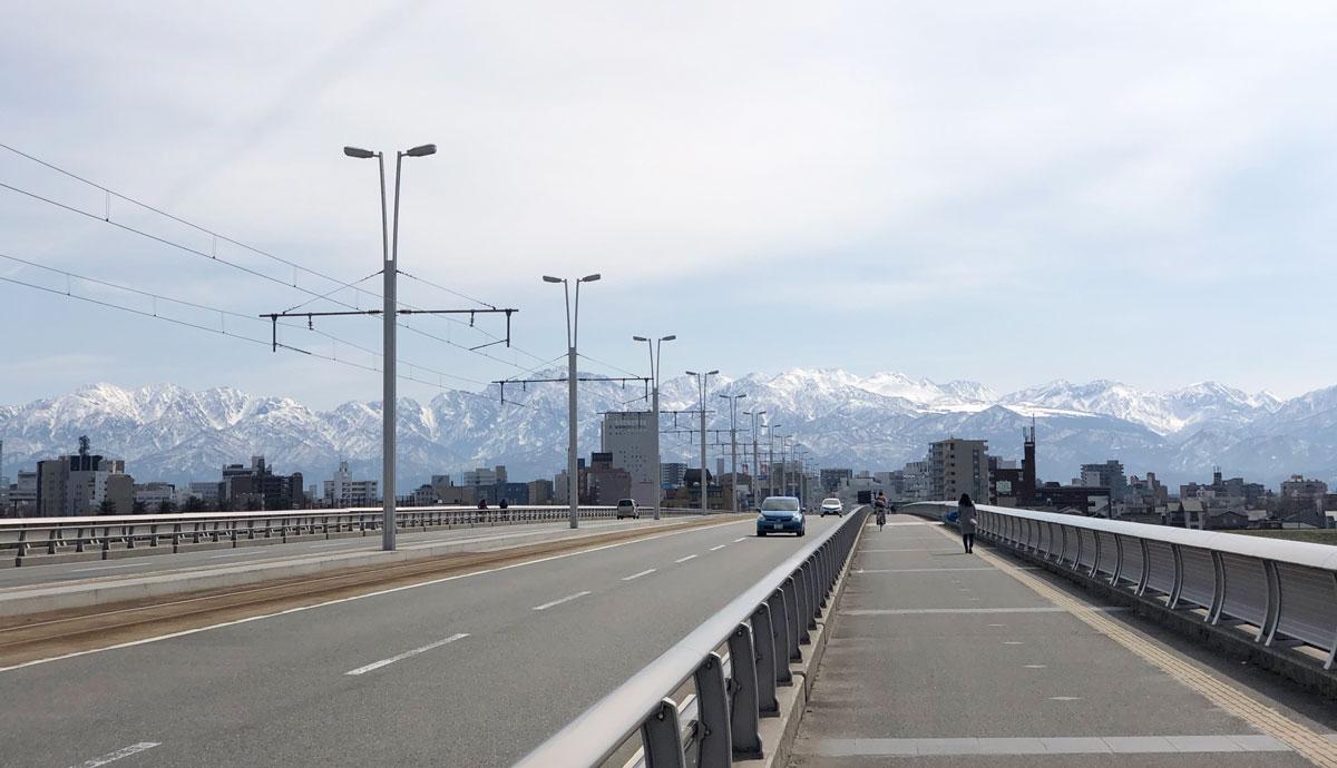 新富山大橋から見える立山連峰