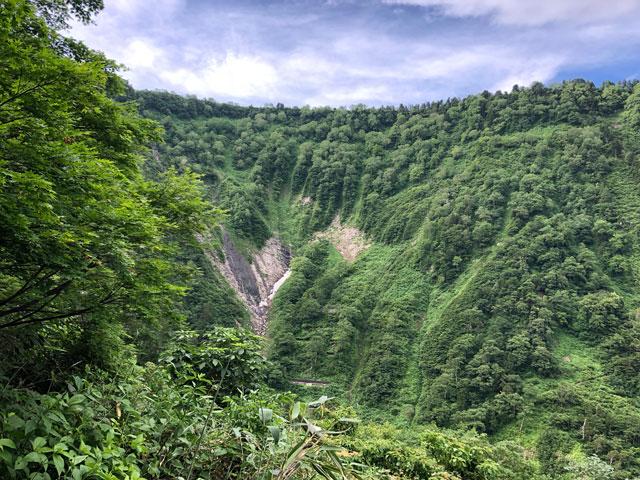 大日平までの登山道から見る称名滝の滝見展望台