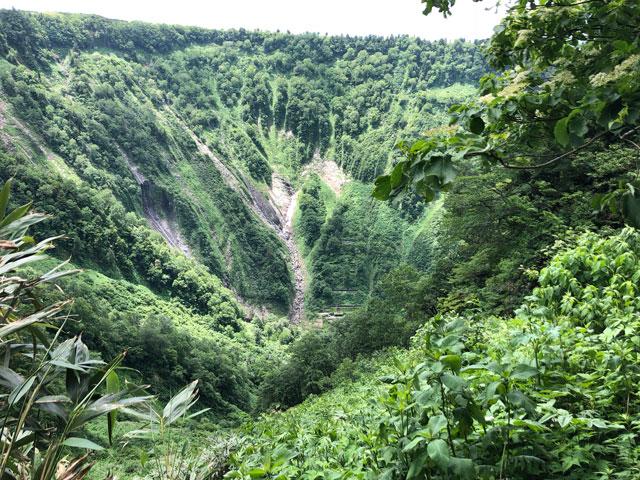 大日平までの登山道からハッキリと見える称名滝の滝見展望台