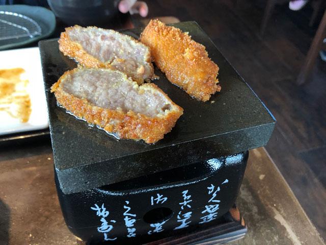 富山初!牛かつ専門店「RIKI リキ」の熱した石盤