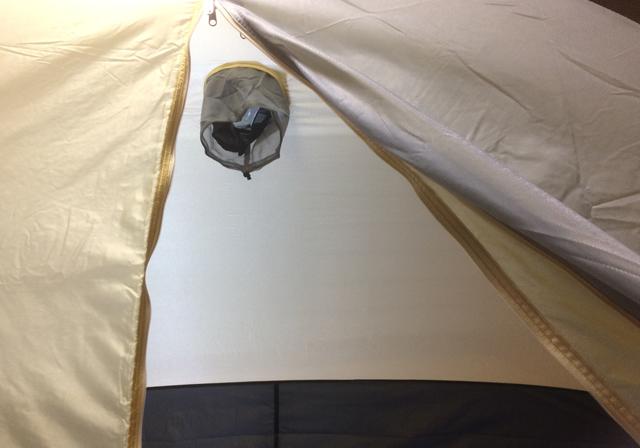 オクトスのアルパインテント2人用、インナーテントの窓を内側から見た所