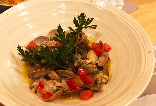 イタリア料理屋「TRATTORIA SACCHI(トラットリア サッチ)」のアサリの白ワイン蒸し
