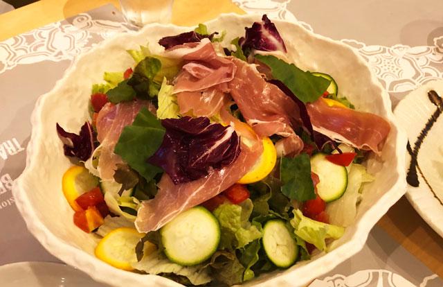 イタリア料理屋「TRATTORIA SACCHI(トラットリア サッチ)」の生ハムとフレッシュ野菜サラダ