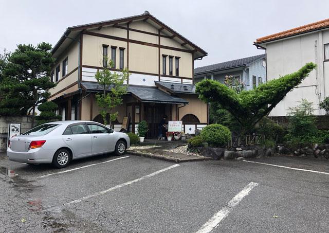 四十萬亭(しじまてい)の店舗外観と駐車場