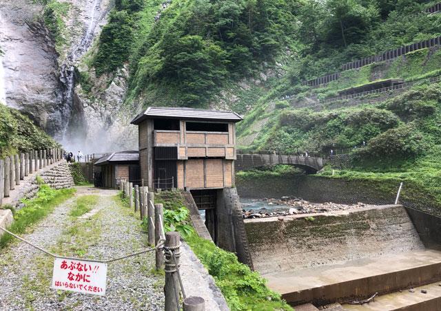 落差日本一の観光スポット「称名滝 しょうみょうだき」横の建物
