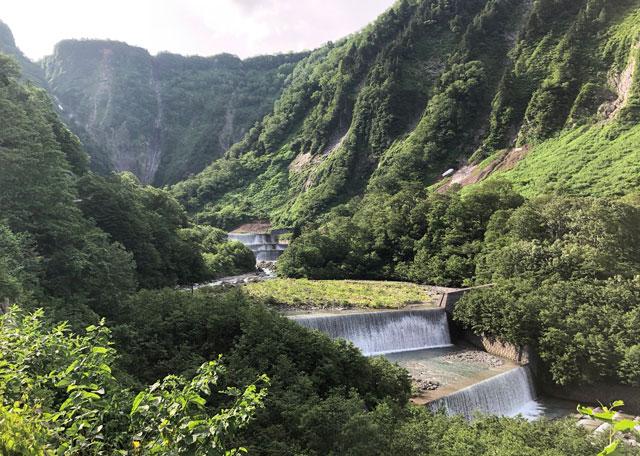落差日本一の観光スポット「称名滝 しょうみょうだき」の整備された川