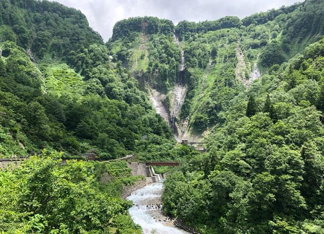 ちょっと遠目で見る、落差日本一の観光スポット「称名滝 しょうみょうだき」