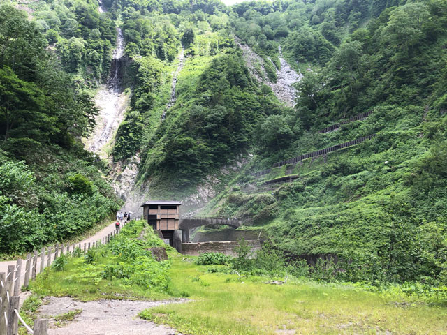 落差日本一の観光スポット「称名滝 しょうみょうだき」の滝見展望台まであとちょっと