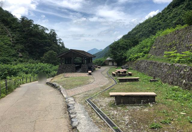 落差日本一の観光スポット「称名滝 しょうみょうだき」の休憩ポイント