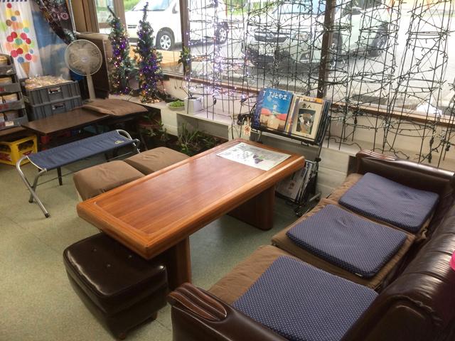 名物コンビニ 立山サンダーバードの店内イートインスペース
