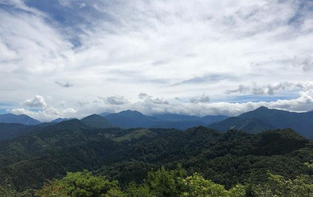 尖山(とんがり山)の頂上から見える山々