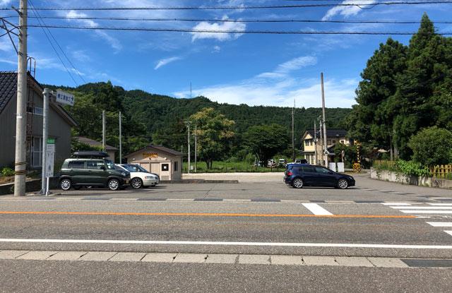 尖山(とんがり山)の富山地方鉄道「横江駅」近くの駐車場