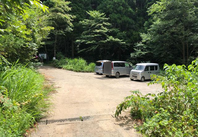 尖山(とんがり山)の本道の駐車場